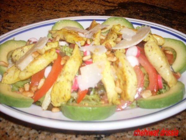 salade mélangée avec blanc de poulet grillé